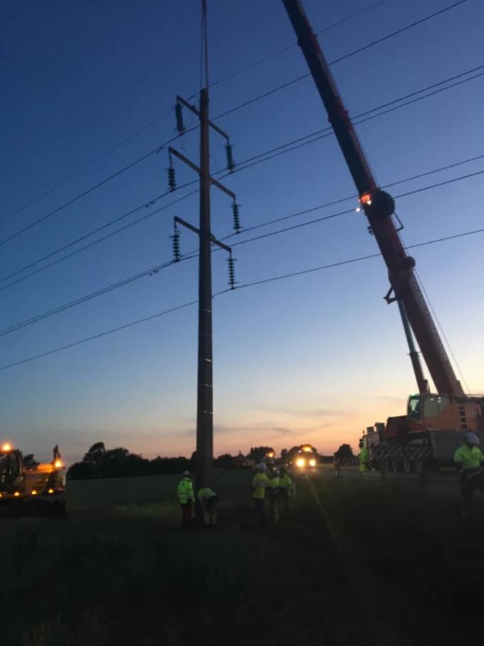 Reparationen av den kraftstolpe som en lastbil körde ner kvällen den 6 juni 2018. Foto: Öresundskraft