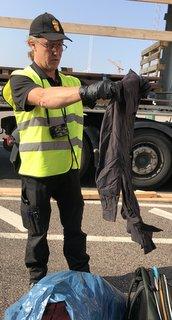 Jan Moberg gör stickprover av lasten med begagnade kläder. Efter ett samtal visar det sig vara