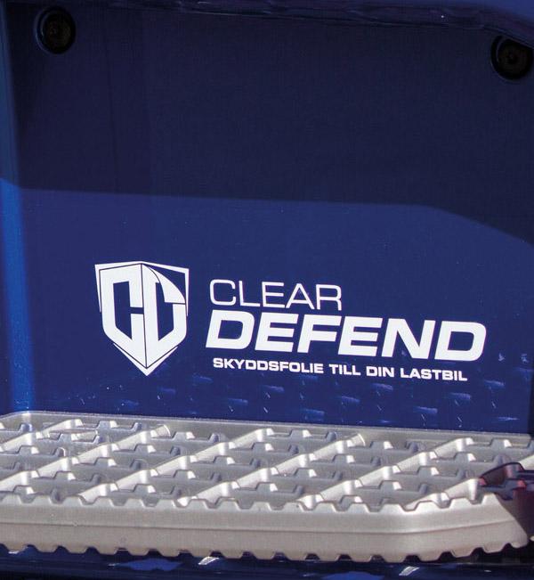 Skyddsfolien är en ganska ny produkt som Patrik monterat på lastbilens utsatta partier.