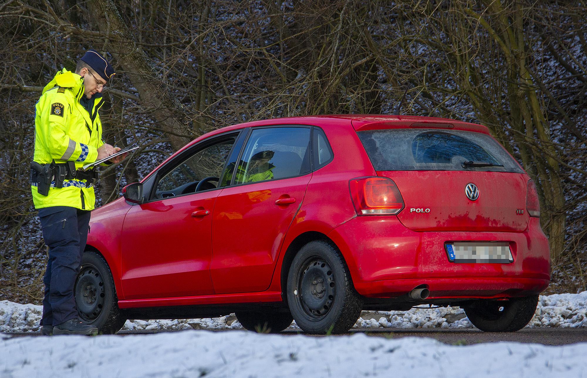 En av bilisterna som fick sitt körkort omhändertaget under gårdagen. Trafikpolis Farid Umeflods penna gick stundtals varm. Foto: Göran Rosengren