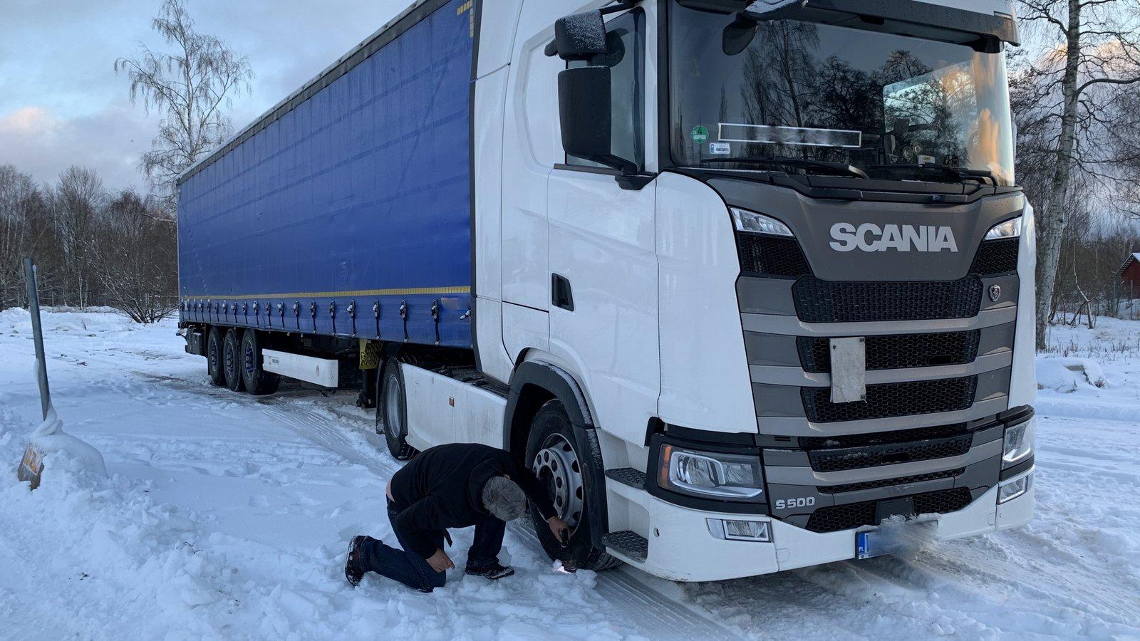 Föraren söker här efter märkningen på däcket. Foto: Jonas Nordin