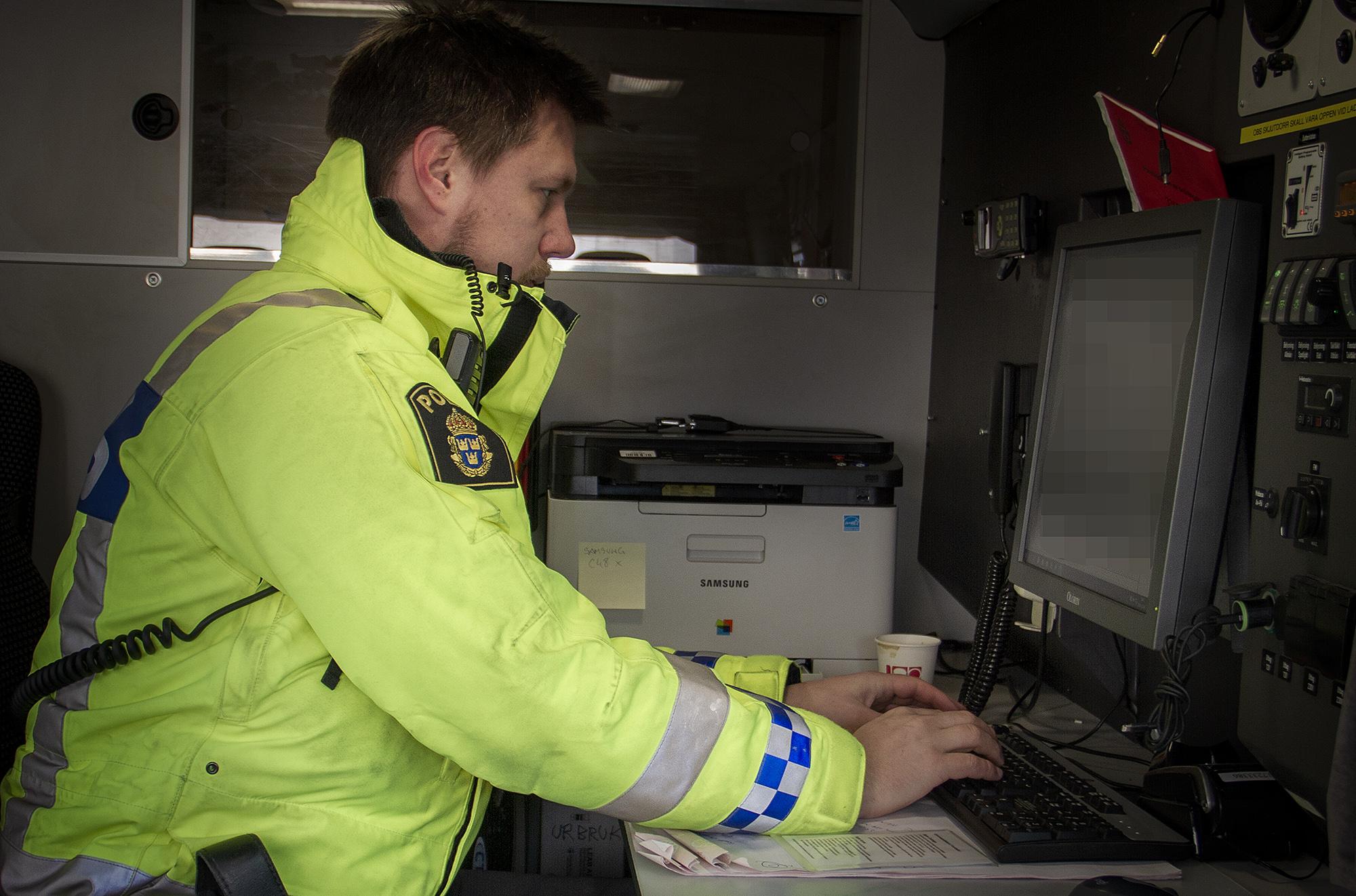 Farids kollega Andreas i färd med att rapportera en utländsk transportör för att ha kört otillåtet cabotage. Foto: Göran Rosengren
