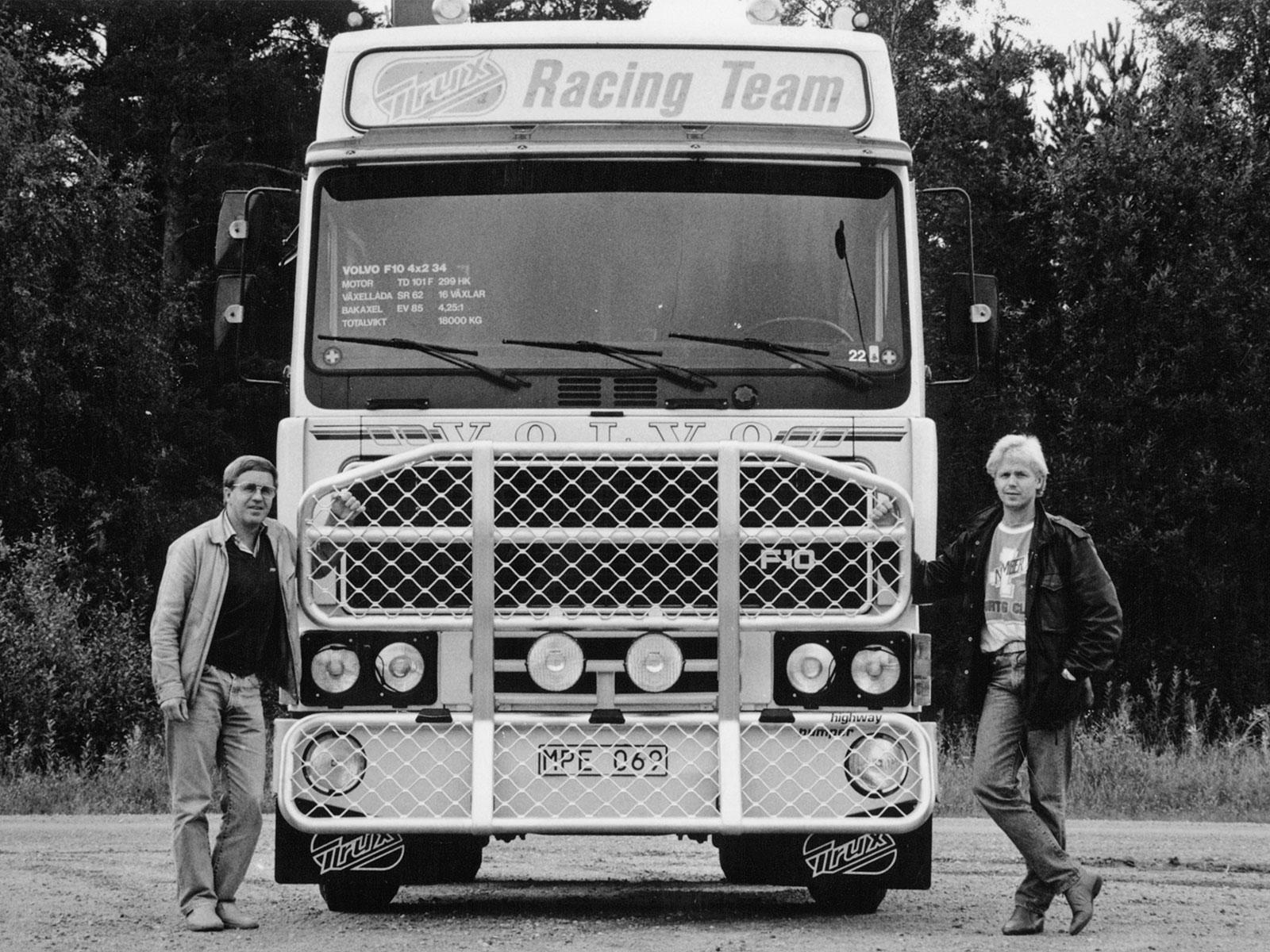 Axel Sandstedt och sonen Peder visar upp frontskyddet Trux Highway. Foto: Trux AB