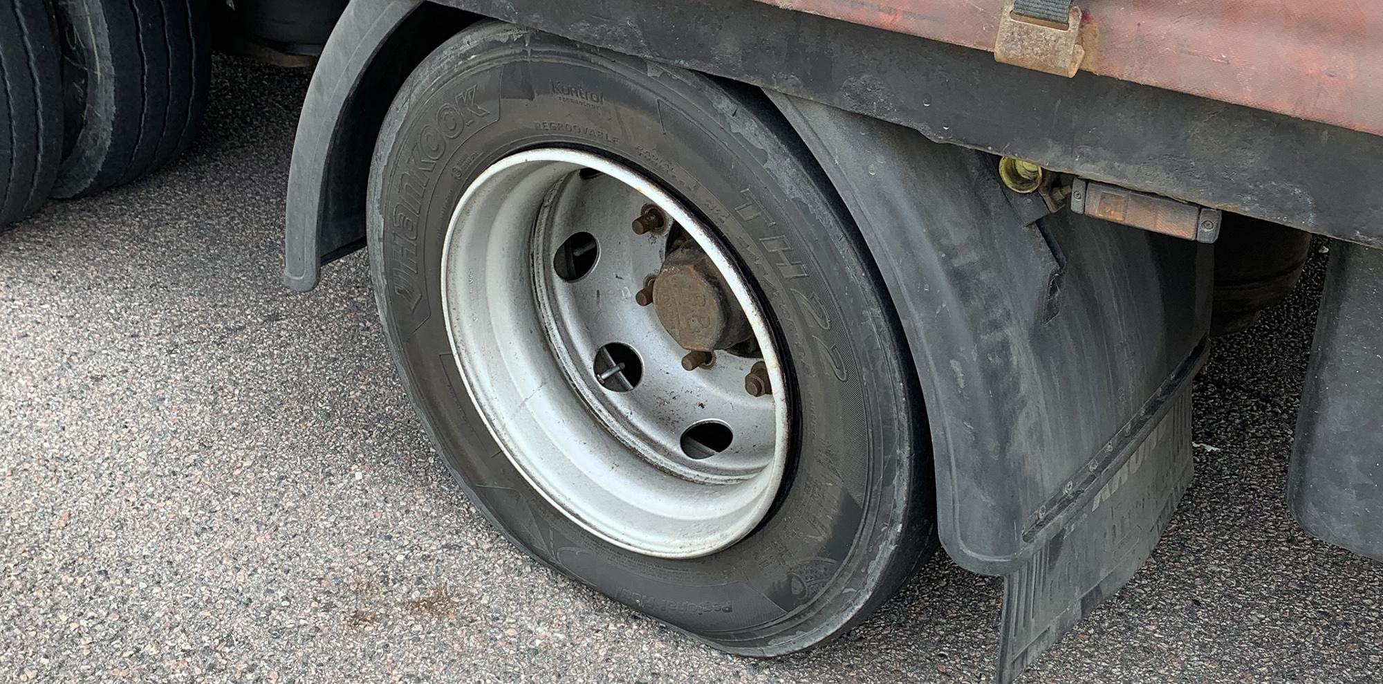 Det punkterade däcket på det polska ekipaget.