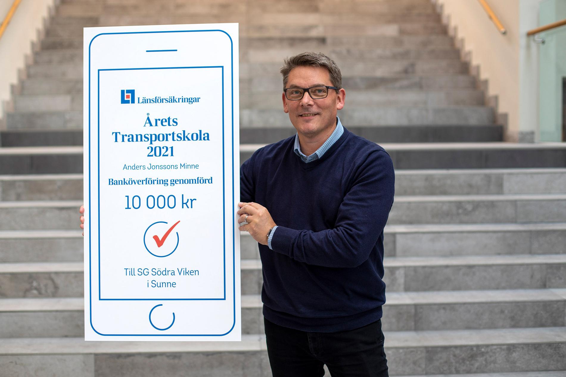 Anders Wallstenius från Länsförsäkringar med prischecken. Foto: Liza Simonsson